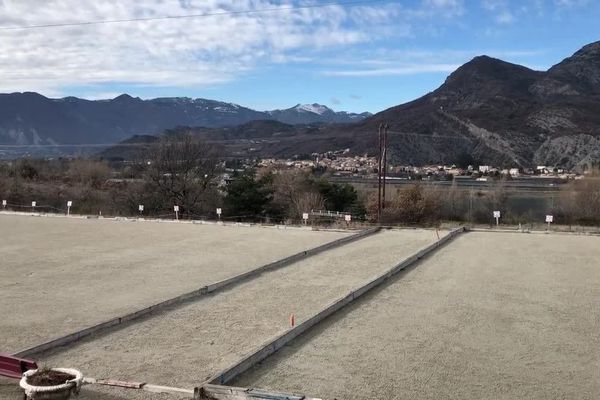 Vue imprenable sur la montagne, le boulodrome taille XXL de Curbans dans les Alpes-de-Haute-Provence