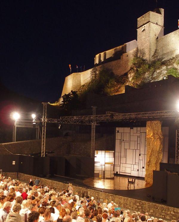 Le théâtre de verdure accueillera le public tout en respectant les règles de distanciation sociale en vigueur à la date du festival.