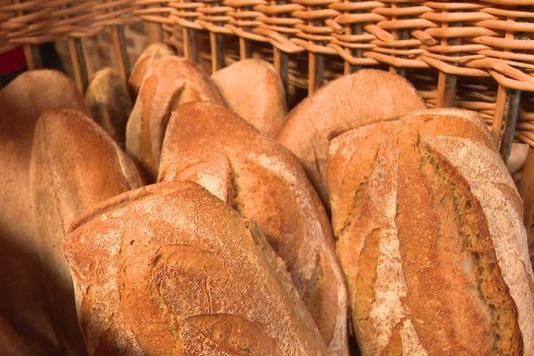 Le pain qu'Inès Deraeve fabrique sur la ferme de son frère à Bayonvillers dans la Somme à partir de la farine de blé de l'exploitation est sans agents de levage et de conservation.