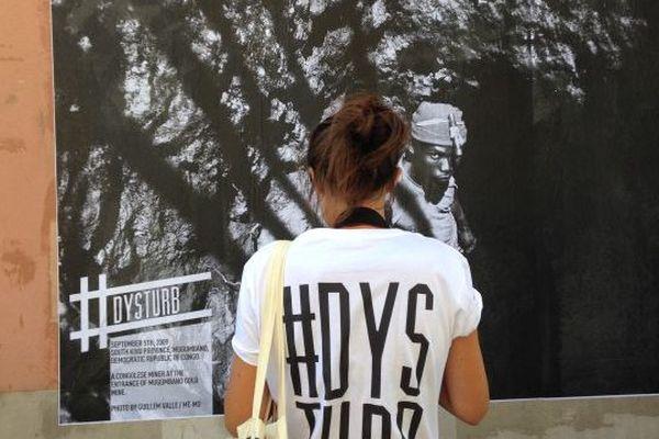 #dysturb colle ses photos grand format dans les rues de Perpignan