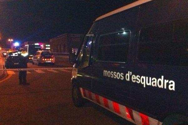 "le fourgon de la police catalane devant le ""Paradise"" à la Jonquera"