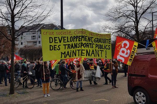 Le cortège s'est donné rendez-vous devant la Chambre de Commerce et de l'Industrie de Grenoble.