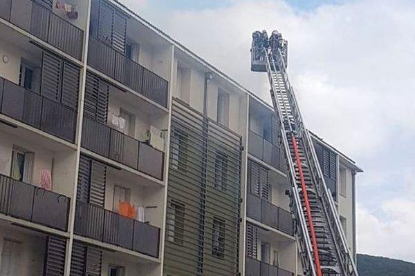 La Grand-Combe (Gard) - un immeuble en feu, une dizaine de personnes évacuée - 15 avril 2020.