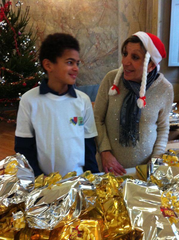 Floréal, élu du Conseil municipal d'enfants avec une bénévole des Restos du Cœur.