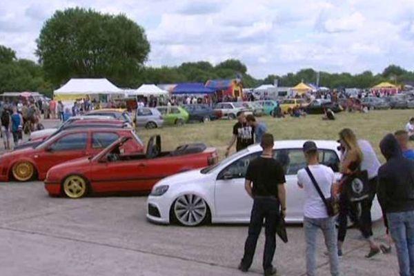 Les festivaliers viennent exposent fièrement leur Volkswagen et admirent celles des autres.