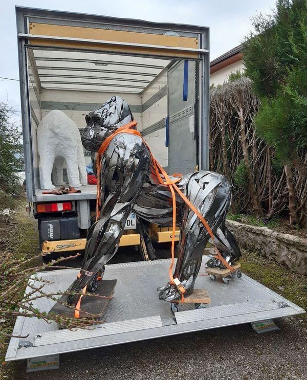 Le gorille Maghan Muy quitte l'atelier de Pascal Bejeannin pour être exposé aux Rendez-vous de l'Aventure à Lons-le-Saunier