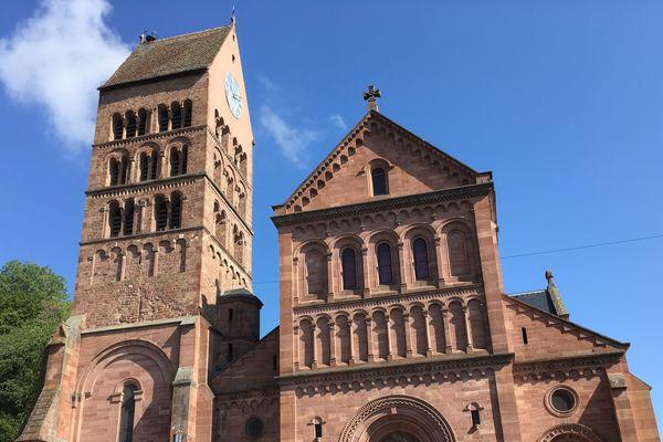 Le clocher de l'église Saint-Pantaléon, à Gueberschwihr, a été construit dans le deuxième quart du XIIe siècle.