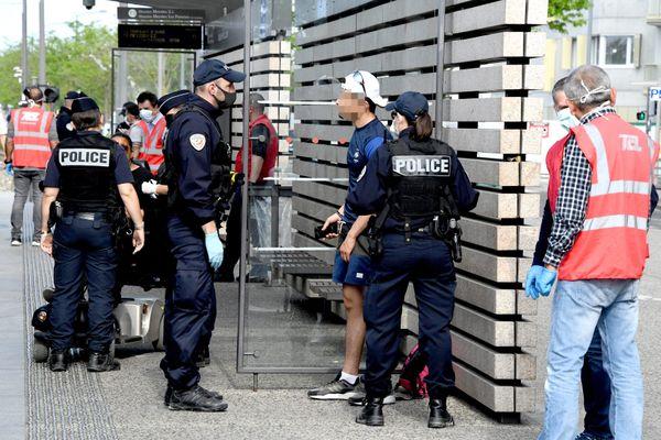"""Contrôles d'attestations à Vaulx-en-Velin (Rhône) """"Depuis avril 2020 nous avons des missions supplémentaires, sans renfort sur le terrain et nous ne pouvons plus assurer nos missions de maintien de l'ordre"""" estime un représentant du syndicat Unité SGP Police FO"""