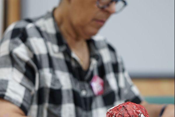 Jeanne, bénévole, s'est prêtée au jeu de la fabrication de sa marionnette
