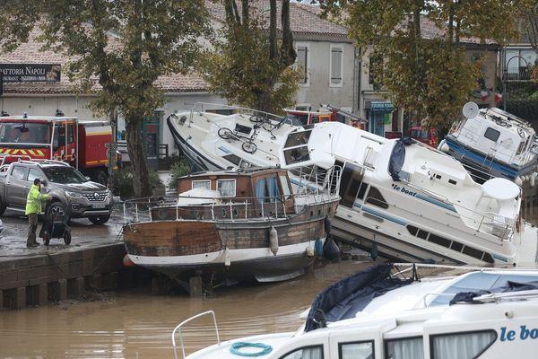 De nombreux bateaux et péniches ont été endommagés ou coulés par la brusque montée des eaux et ils bloquent la navigation.