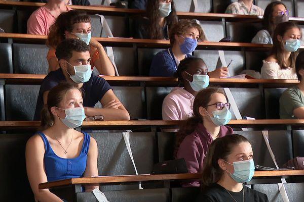 Dans les amphithéâtres, des étudiants masqués et une jauge qui a été réduite de 50 %