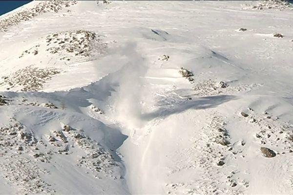 Val d'Allos: déclenchement préventif d'avalanches avec les pisteurs-artificiers