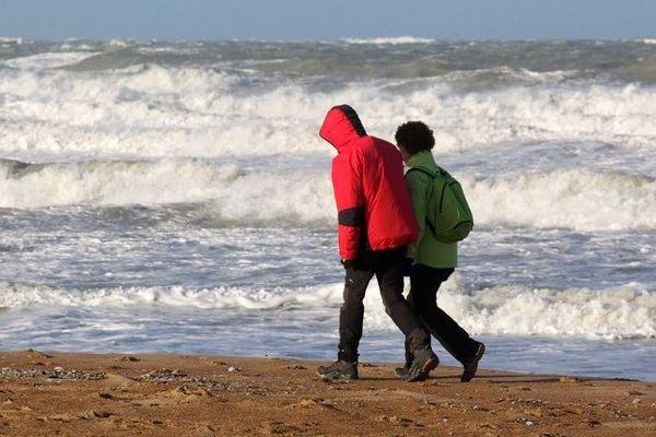 Des promeneurs sur une plage belge au lendemain d'une tempête en 2012.