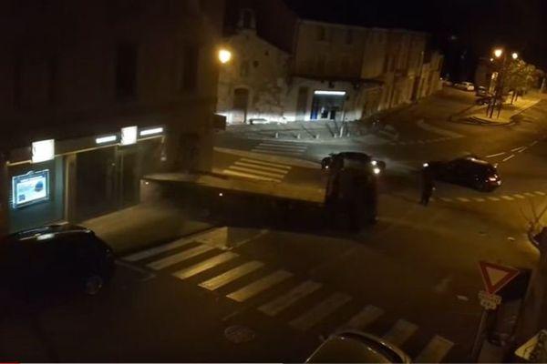 Un riverain a filmé de sa fenêtre l'attaque au camion-bélier à Pernes-les-Fontaines.