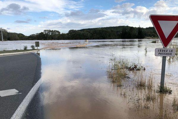 Routes inondées à Homps, village audois au bord du canal du Midi.