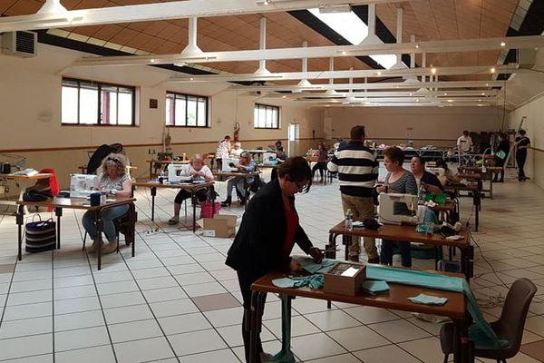 Depuis vendredi 10 avril, un atelier de couture rassemble entre 20 et 30 bénévoles dans une salle municipale de Pont-Sainte-Maxence dans l'Oise