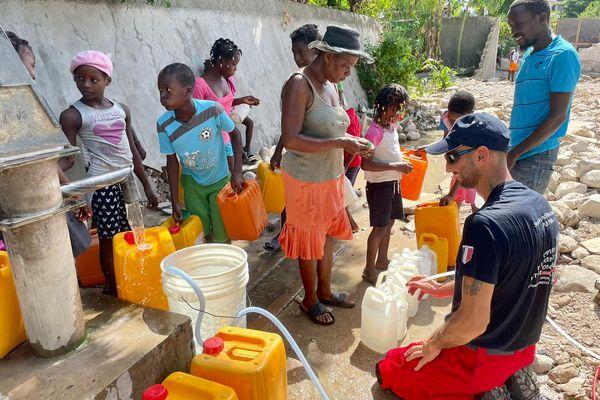 Les pompiers de l'Urgence Internationale interviennent en Haïti en ce moment dans la région des Cayes, notamment pour fournir des équipements fournissant de l'eau potable.