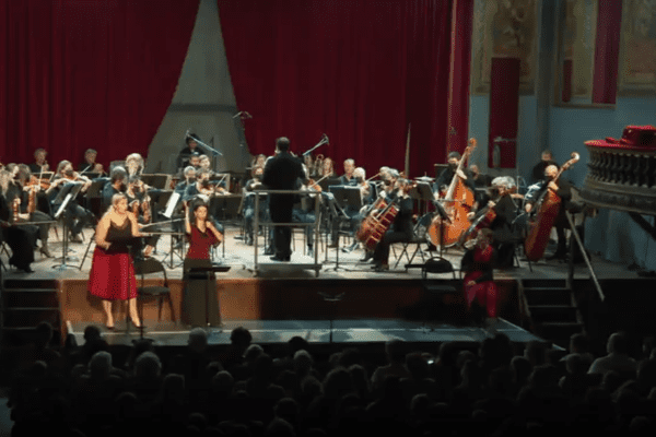 Le concert est également traduit en langue des signes sur scène.