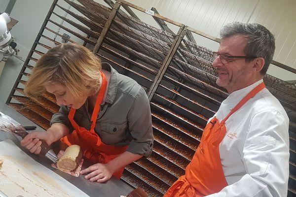 Quelques semaines avant le 25 décembre, je vous propose de tester une recette de bûche de Noël. C'est Claude Déat, célèbre pâtissier et chocolatier Auvergnat qui va nous livrer une recette simple et goûteuse, dans ses ateliers de Gerzat, dans le Puy-de-Dôme