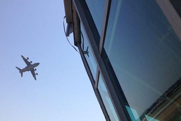 L'A400M peut atteindre une vitesse de croisière proche des 800km/h et une altitude de 37 000 pieds, soit 11 300m.