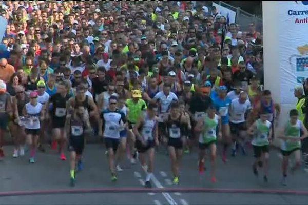 Les participants s'élancent sur le ligne de départ.