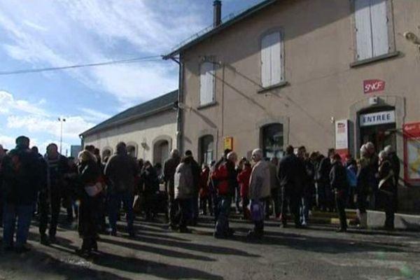 Prés de 400 personnes se sont rassemblées le 28 février devant la gare de Saint-Chély d'Apcher (Lozère) pour défendre le train Aubrac menacé de disparition fin 2015 et remplacé par une liaison en bus.