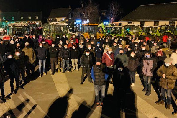A l'appel de la Fdsea, les agriculteurs de l'Aveyron se sont rassemblés devant plusieurs préfecture et sous-préfecture du départ, comme ici à Laguiole.
