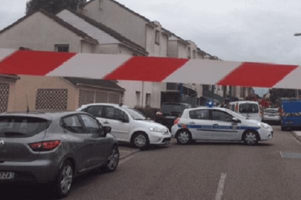 Important périmètre de sécurité autour de l'église de la rue Gambetta, à Saint Etienne du Rouvray.