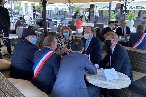 Jean Castex a pris un café en compagnie de politiques locaux et de représentants des commerçants
