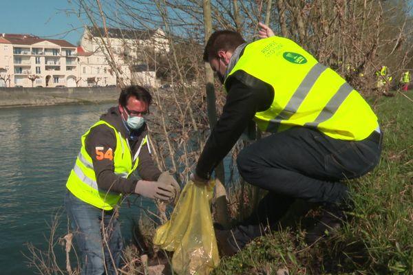 Une centaine de bénévoles a répondu à l'appel du Lions club de Saintes Doyen pour nettoyer les bords de la Charentes.