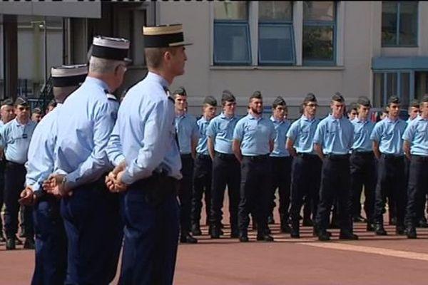 """Cérémonie d'intronisation - Gendarmerie d'Orléans - 22 juillet 2016 Soixante-quatre recrues ont suivi la formation pour être réservistes à Orléans. Leur formation a duré 17 jours durant lesquels ils ont été """"militarisés"""".  Ces jeunes réservistes, qui sont opérationnels immédiatement, ont décidé de s'engager juste après les attentats de Paris."""
