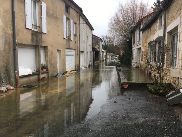La rue des Martyrs inondée à Mareuil-sur-Belle. À droite le ruisseau le Mareuillais qui a débordé.