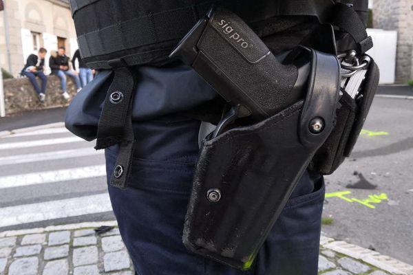 L'individu a réussi à se saisir de l'arme d'un des policiers et à tirer en direction des deux autres