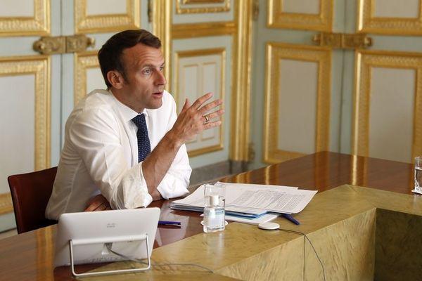 Emmanuel Macron dans son bureau à l'Elysée