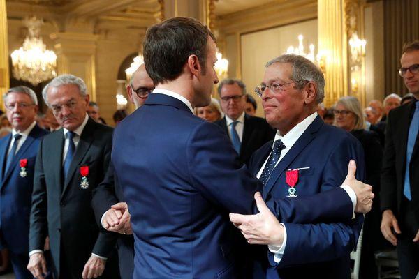 Emmanuel Macron a remis la légion d'honneur au maire de Gargilesse-Dampierre lors d'une cérémonie ce lundi 18 novembre 2019 à l'Elysée.