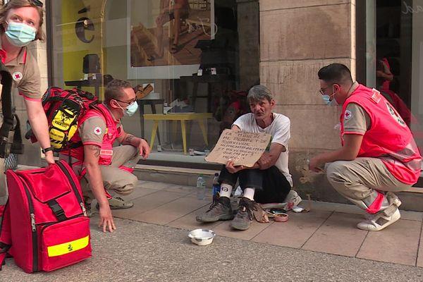 Les bénévoles de la Croix-Rouge vont à la rencontre des plus démunis