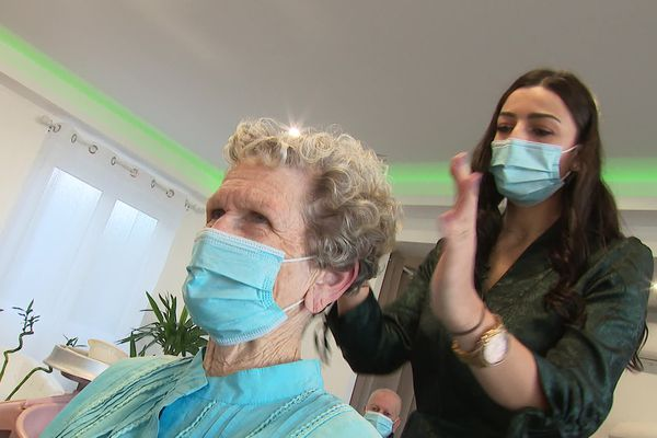 Melek a crée son salon de coiffure à Villenave-d'Ornon avec le soutien de l'Adie