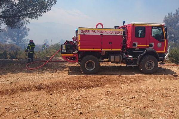 Vingt sapeurs-pompiers de l'Isère déployés au sein de la colonne de renfort feux de forêts Sud-Est Rhône-Alpes 2 (SERA2), engagée sur le feu de La Bastidonne, dans le Vaucluse.