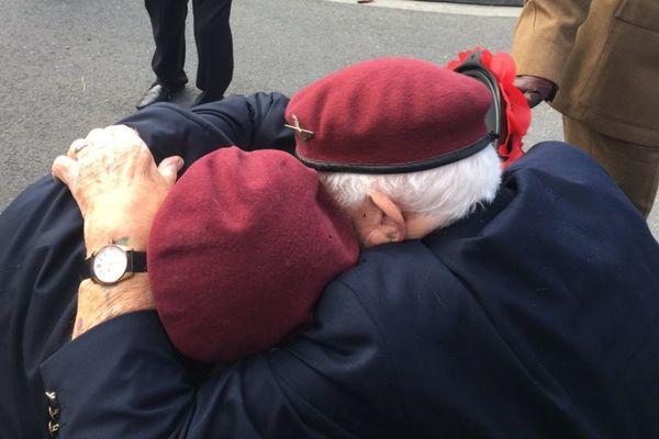 Ces deux parachutistes se sont retrouvés à la cérémonie de Ranville le 6 juin 2019