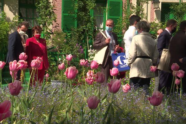 22 mai 2021 : Roselyne Bachelot, ministre de la Culture dans les jardins de Claude Monet à Giverny (Eure) avec Sébastien Lecornu