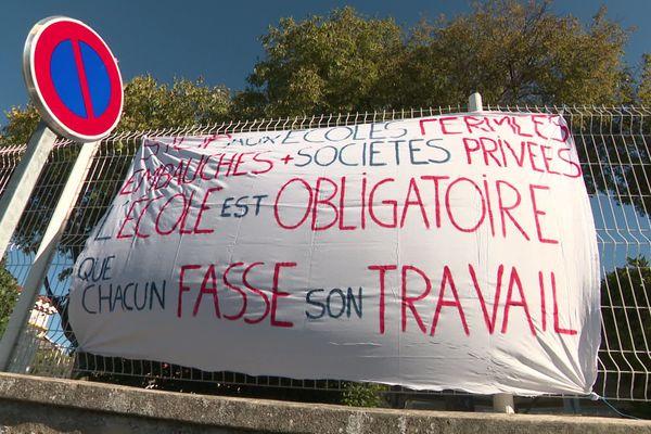 Les parents d'élèves de l'école de Bois Luzy ont fait un pique nique géant pour protester contre les grèves et absences à répétition.