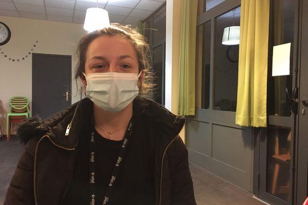 """Anna, 21 ans, est maintenant en CDI mais, dit-elle, """"à La Rochelle, c'est compliqué, avec mon petit SMIC""""."""
