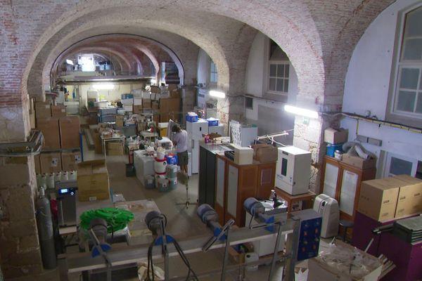 Cette pièce s'appelle le hall vouté. C'est ici qu'est entreposé une partie des équipements nécessaires aux expérimentations.