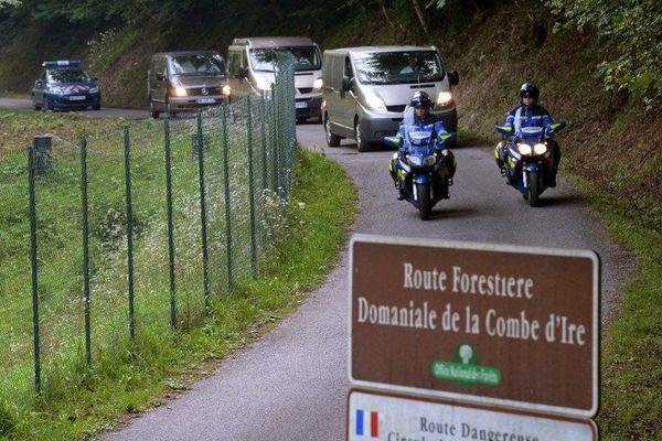 Sur la route forestière de la Combe d'Ire,ou a eu lieu la mystérieuse fusillade,le cortége funéraire escorté par la gendarmerie début septembre 2012