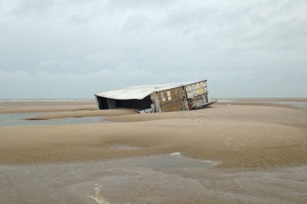 Un container sur la plage de Marck-en-Calaisis, ce lundi matin.