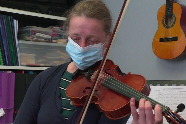 Kristina Howells est professeure de violon à Lille.