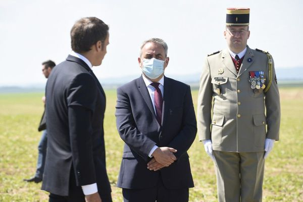 Xavier Bertrand et Emmanuel Macron lors des commémorations de la bataille de Montcornet, dans l'Aisne, le 17 mai.