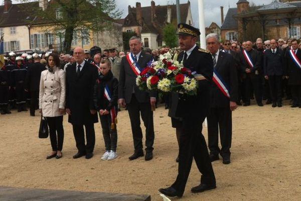 Un dépôt de gerbe a eu lieu au monument aux morts d'Auxonne, en Côte-d'Or, dimanche 17 avril 2016, en mémoire de trois soldats du 511e régiment du train morts au Mali.