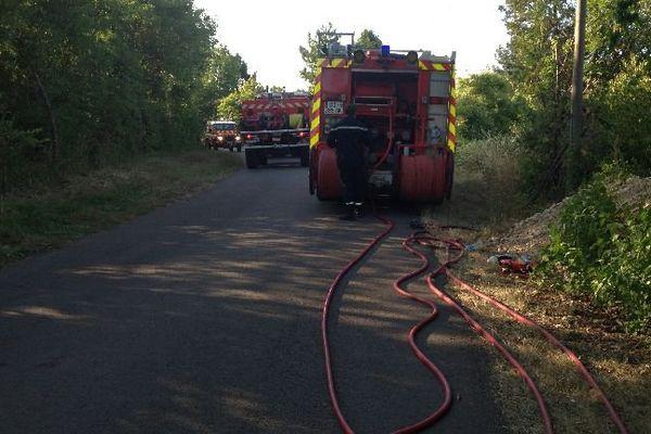 Les pompiers de la Nièvre interviennent sur un important feu de végétation dans la région de Clamecy, samedi 14 juillet 2015.