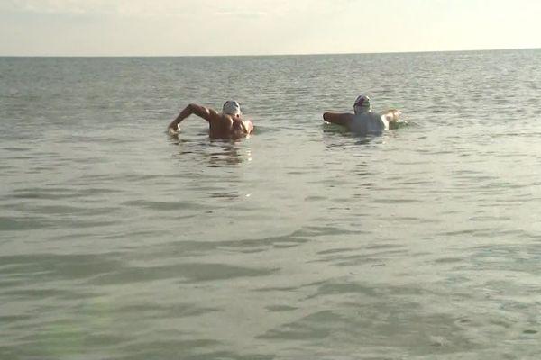 Arnaud Chassery et Nino Fraguela ont nagé pendant six heures entre le cap Gris-Nez et le cap Blanc-Nez.
